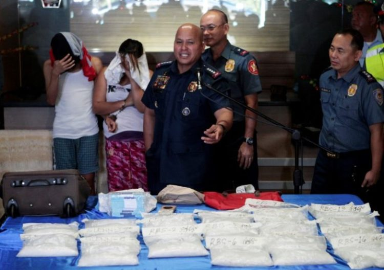 Philippine National Police (PNP) chief Dir. Gen. Ronald 'Bato' Dela Rosa (C) gestures as he presents the two suspected drug pushers who were arrested for seized Methamphetamine, locally known as Shabu, worth 120 million pesos (2.41 million dollar) in a drug-buy bust police operation during a news conference at the Philippine National Police (PNP headquarters) in Camp Crame, Quezon City, Metro Manila, Philippines, November 21, 2016. Credit: Czar Dancel/Reuters