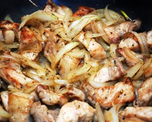 Как вкусно пожарить свинину с луком на сковороде пошаговый рецепт 123