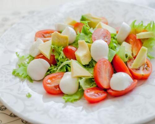salat-s-avokado-cherri-i-mocarelloj