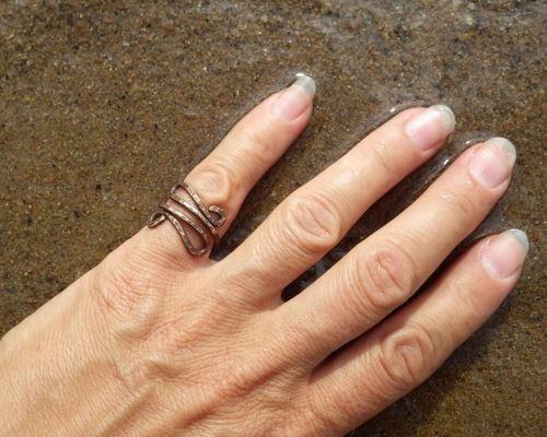 блюдо, кольцо на мизинце правой руки у женщин мед относится очень