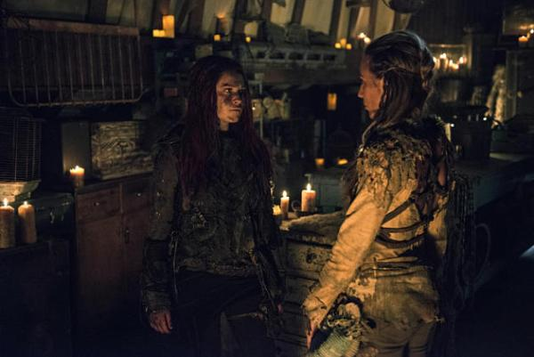 niylah-and-clarke-chat-the-100-season-3-episode-1