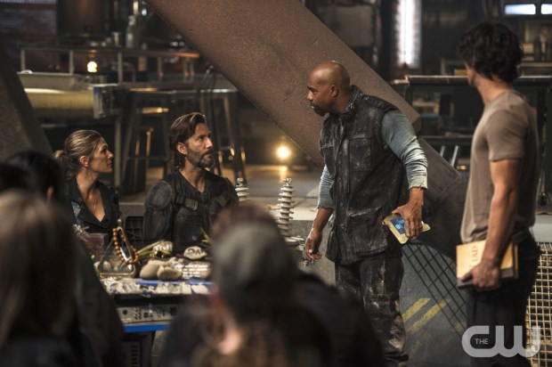 """The 100 -- """"Watch The Thrones"""" -- ImageHU304b_0025 -- Pictured (L-R): Paige Turco as Abby, Henry Ian Cusick as Kane, and Michael Beach as Pike -- Credit: Cate Cameron/The CW -- © 2016 The CW Network, LLC. All Rights Reserved"""