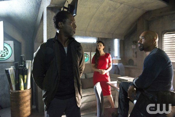 """The 100 -- """"Hakeldama"""" -- Image HU305b_0116 -- Pictured (L-R): Isaiah Washington as Jaha, Erica Cerra as Alie, and Michael Beach as Pike -- Credit: Cate Cameron/The CW -- © 2016 The CW Network, LLC. All Rights Reserved"""