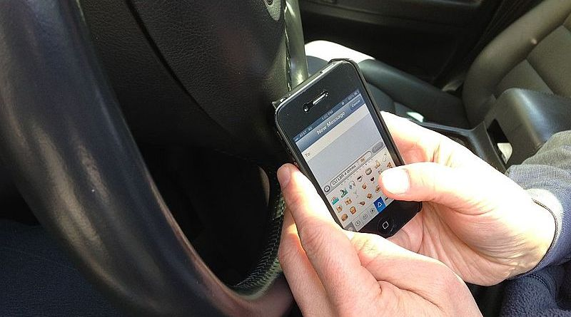 800px-Texting_while_Driving_(March_28,_2013)