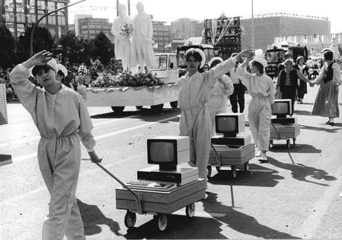 Beim Festumzug anlässlich des 750jährigen Stadtjubiläums von Berlin stellte eine Abordnung aus dem Bezirk Erfurt Arbeitsplatzcomputer aus Sömmerda vor (Bild 183-1987-0704-077)
