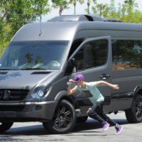 [PHOTOS] Justin Bieber Attacks Paparazzi In Los Angeles
