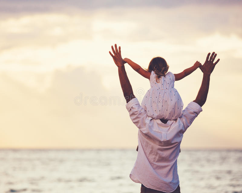 Download Cute Images For Wallpaper 健康爱恋的一起使用在海滩的父亲和女儿 库存照片 图片 包括有 孩子 休闲 快乐 傻瓜 女孩 室外