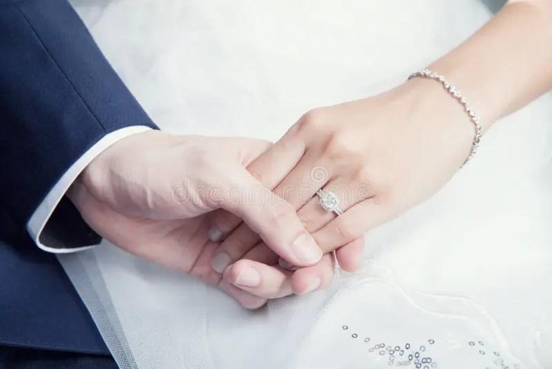 Boy And Girl Kissing Hd Wallpapers Couples De Mariage Tenant La Main Avec La Bague 224 Diamant