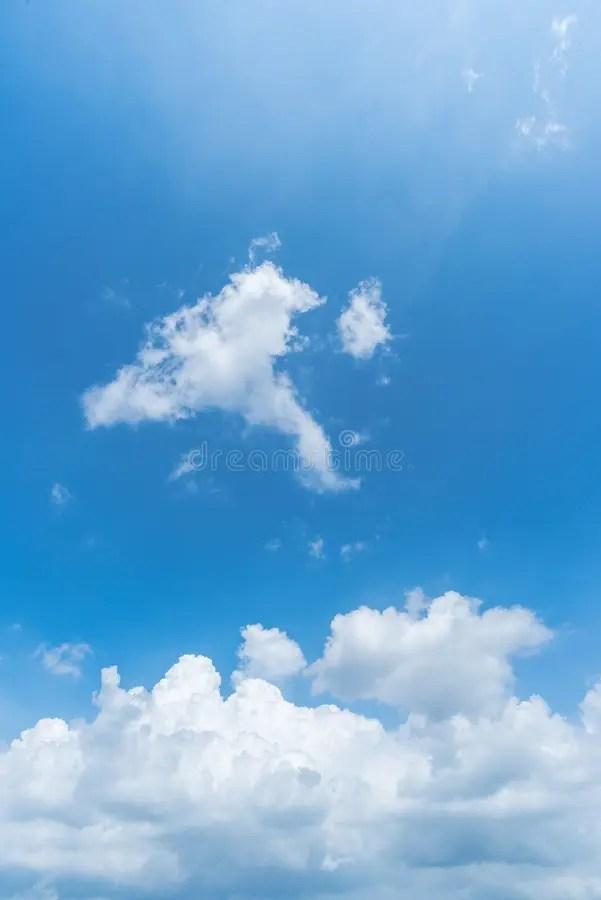 Fondo Claro De Cielo Azul, Nubes Con El Fondo Foto de archivo - fondo nubes