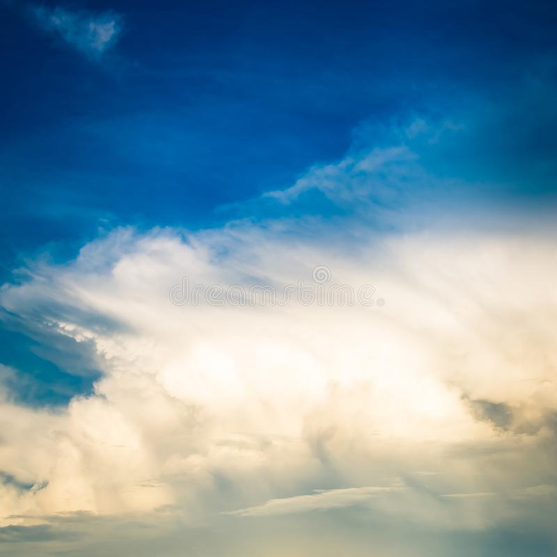 Fondo De Las Nubes De Lluvia Foto de archivo - Imagen de hermoso - fondo nubes