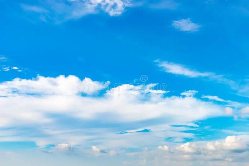 Fondo Del Cielo Azul Con Las Nubes Minúsculas El Verano De La - fondo nubes