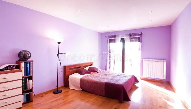 Panorama Violet De Chambre à Coucher Photo stock - Image du studio