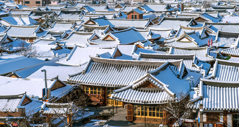 Snow Falling Wallpaper Download Roof Of Jeonju Traditional Korean Village Covered With