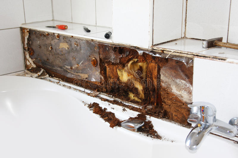 Abflussrohr In Der Wand Verstopft Water Damage Around The Bathtub Stock Image - Image Of