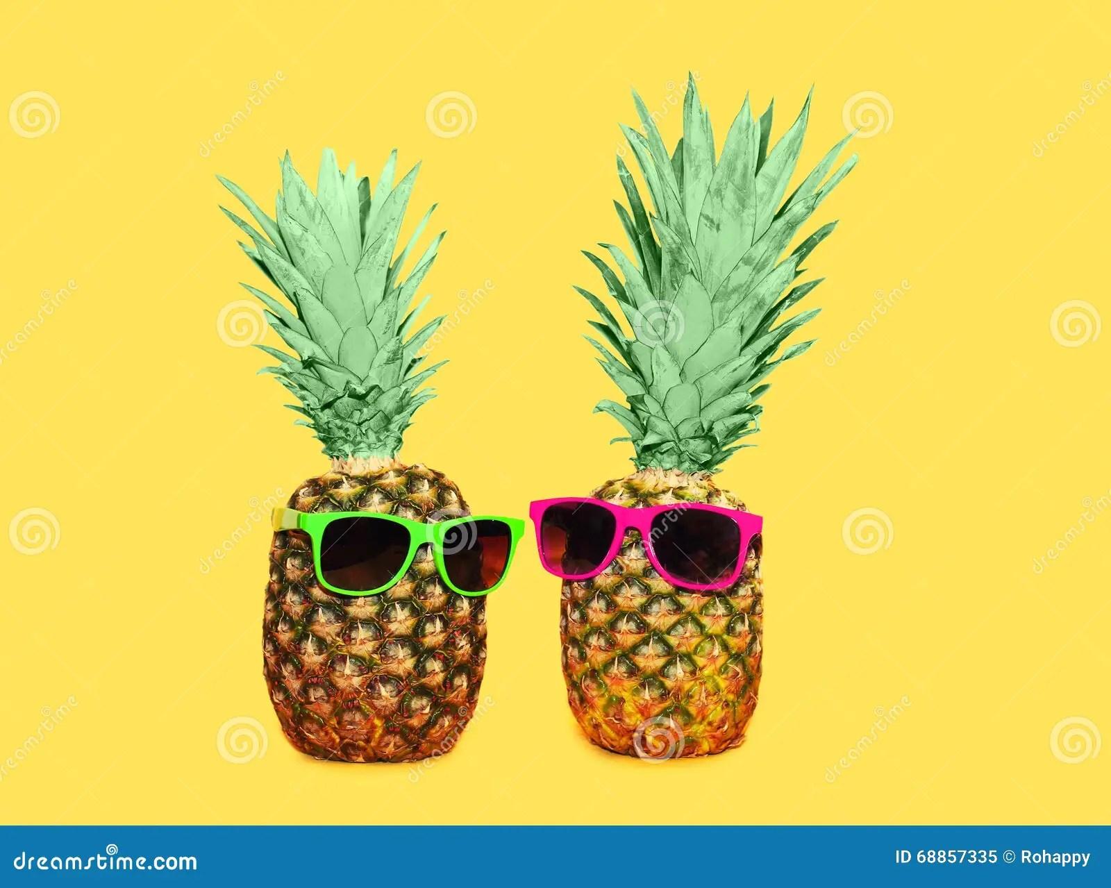 Cute Trendy Wallpapers Ananas Zwei Mit Sonnenbrille Auf Gelbem Hintergrund Bunte