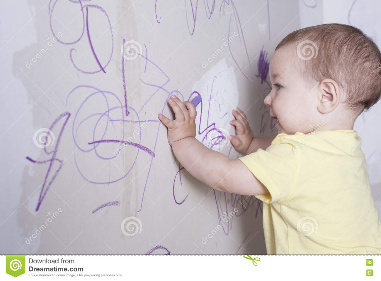 Roze Gipsplaat Baby Boy Drawing With Wax Crayon On Plasterboard Wall