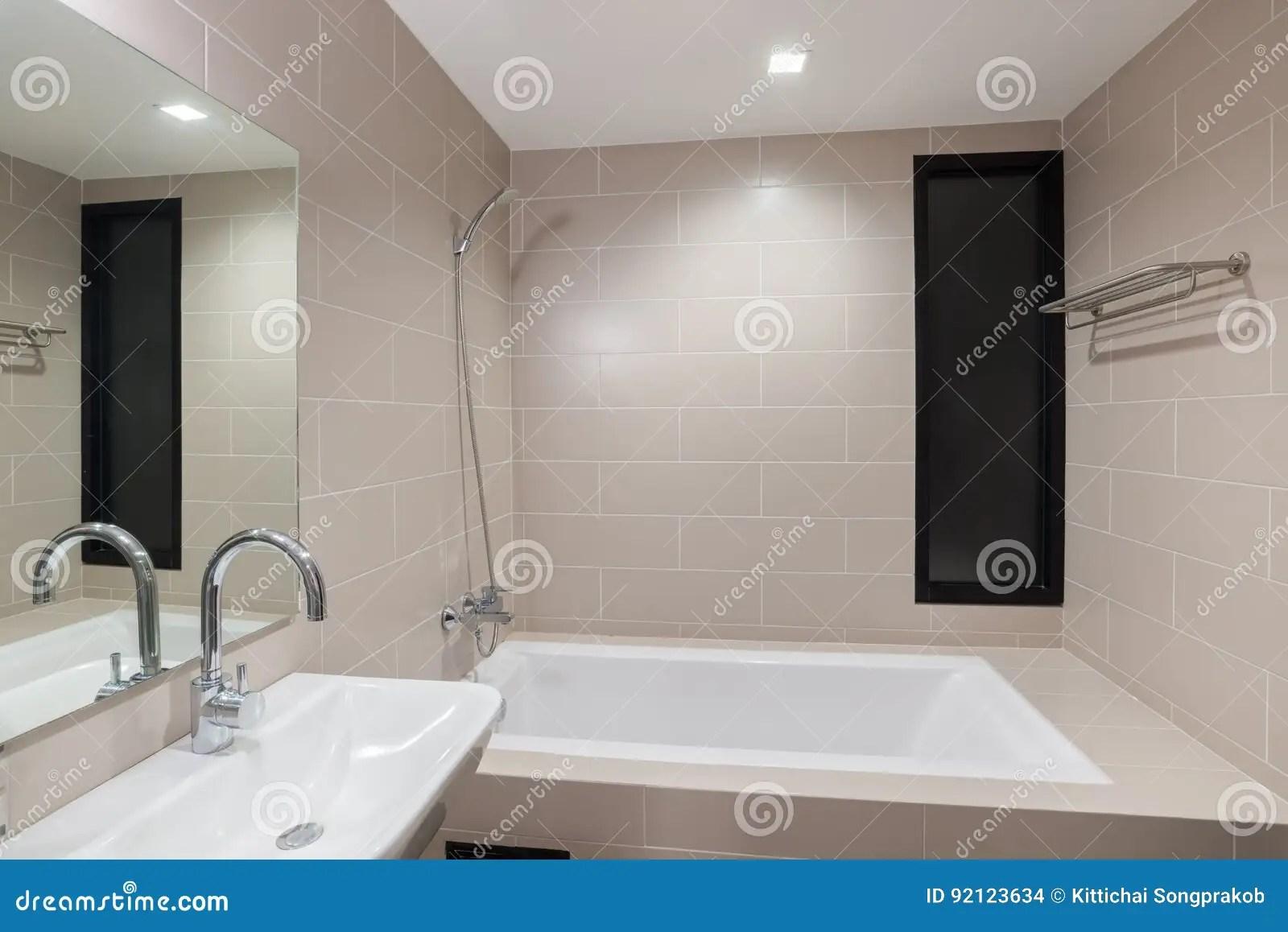 Bagni Moderni Con Doccia : Piastrelle ad onda piatti doccia a filo per un bagno trendy cose