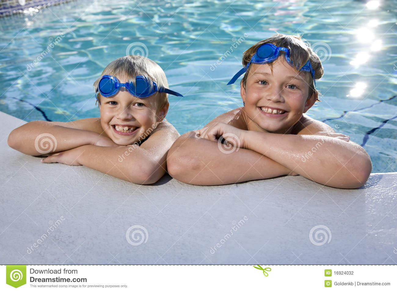 C Side Zwembad Boys Grinning On Side Of Swimming Pool Stock Photography