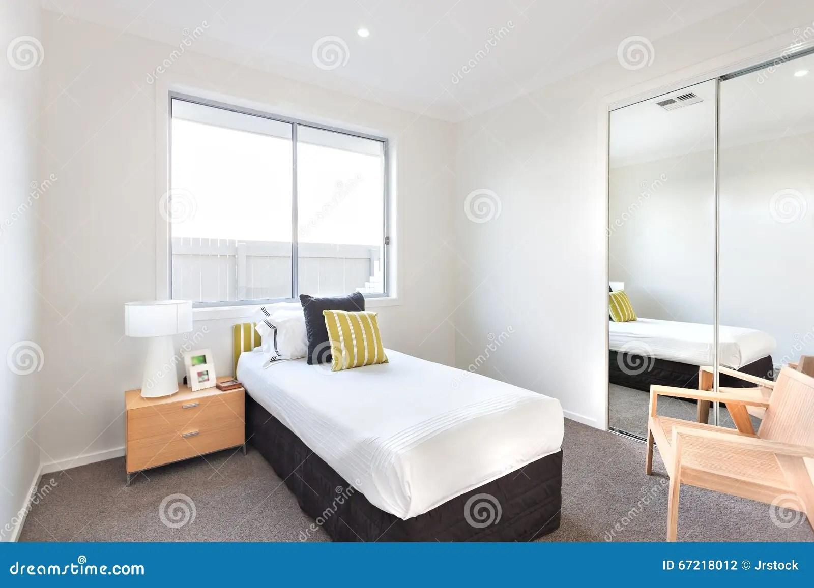 Marvelous Chambre à Coucher Moderne Avec Un Lit Simple Et Feuilles Blanches