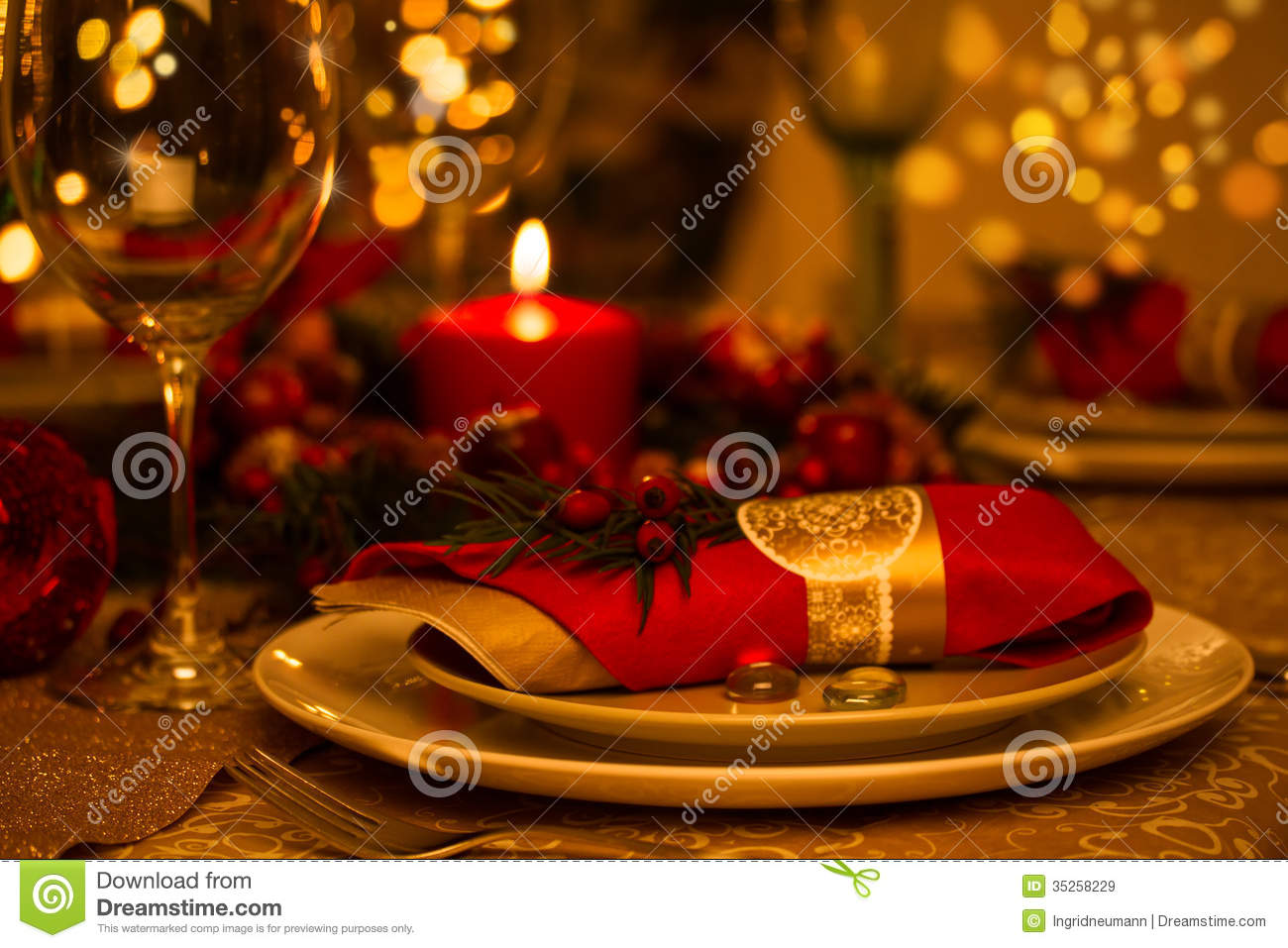 Christmas table decorations gold - Christmas Table Setting With Holiday Decorations