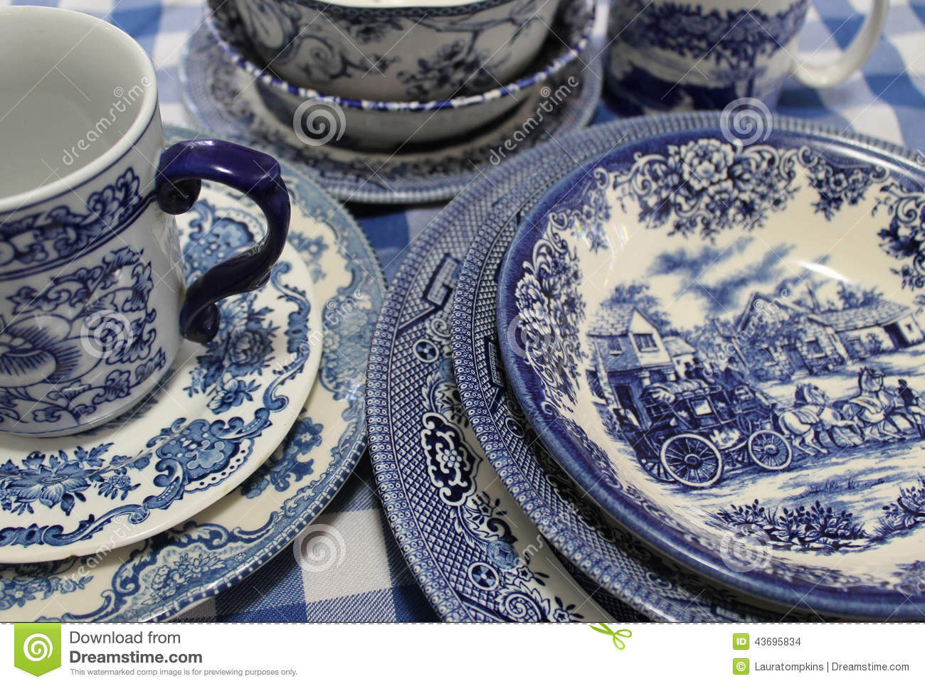 Blaues Geschirr Collection Of Blue And White China Dishes Stock Photo