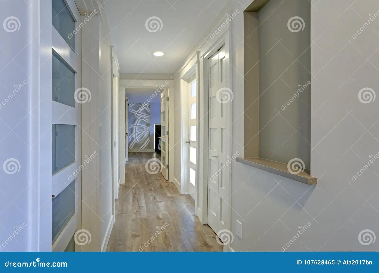 Illuminazione Corridoio Lungo E Stretto : Arredare corridoio lungo mobili per corridoio stretto corridoio