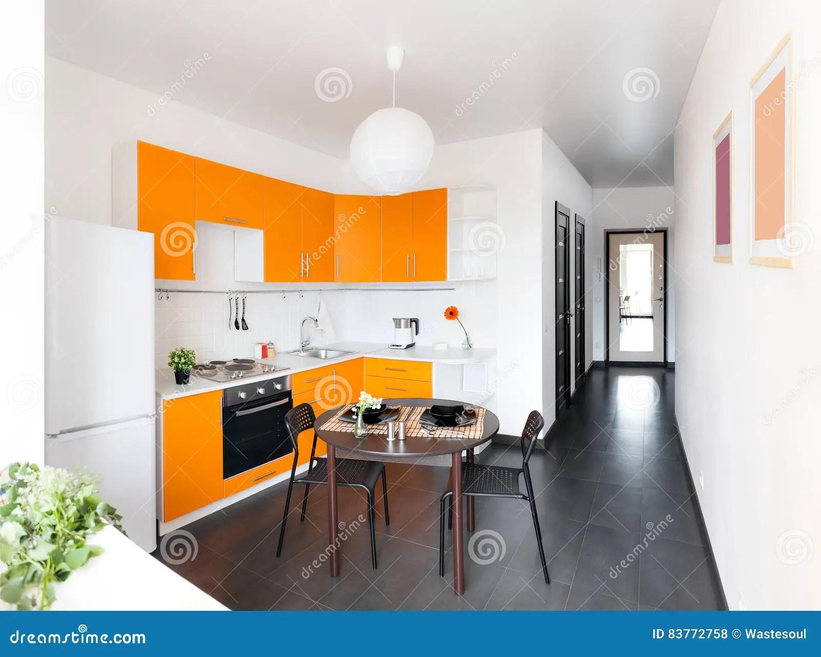 Cucina moderna arancione copri piano cottura fatto a mano stile