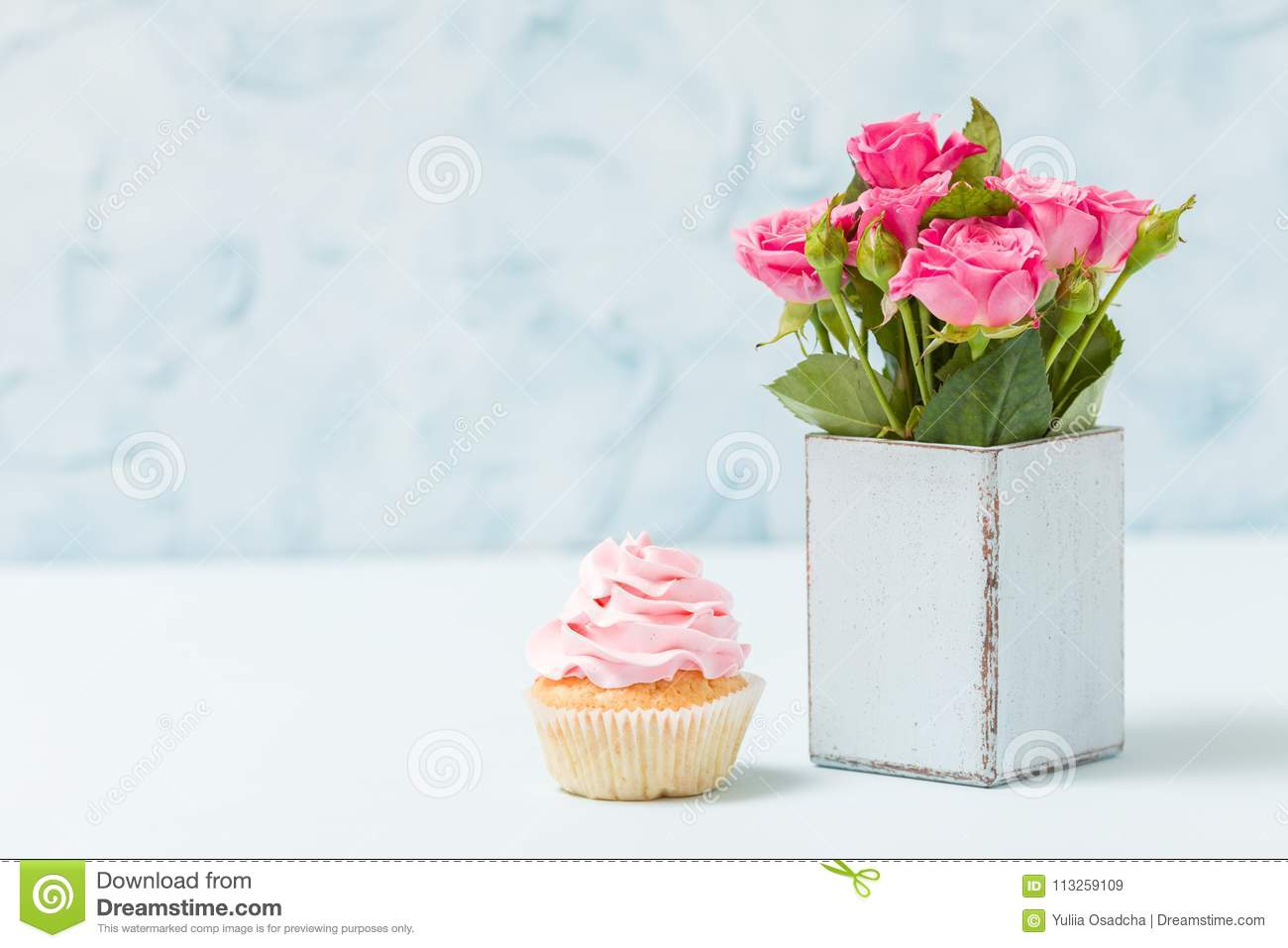 Décoration De Cupcake Cupcake With Cream Decoration And Pink Roses In Retro Shabby Chic