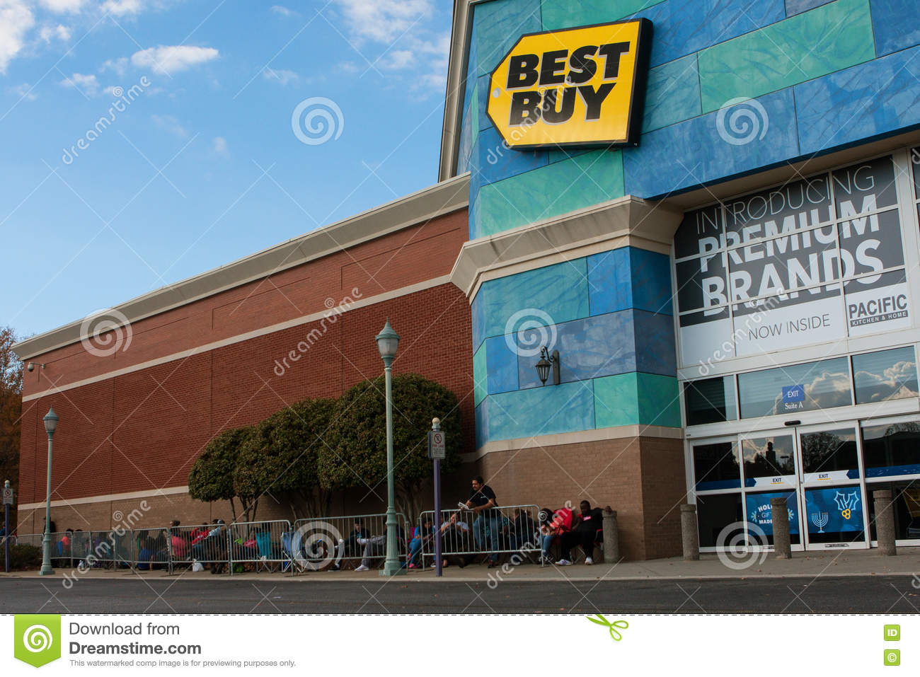 Black Friday 2016 Usa Customers Wait Outside Best Buy For Black Friday Shopping