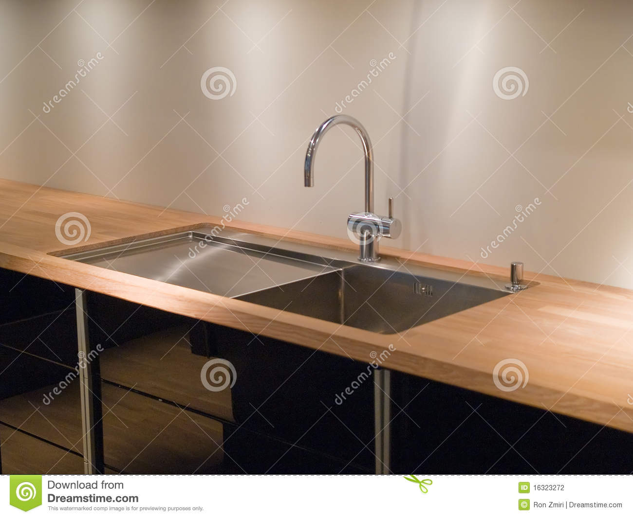 royalty free stock photos modern kitchen sink faucet image kitchen sinks and faucets Details of modern kitchen sink with tap faucet Stock Photography