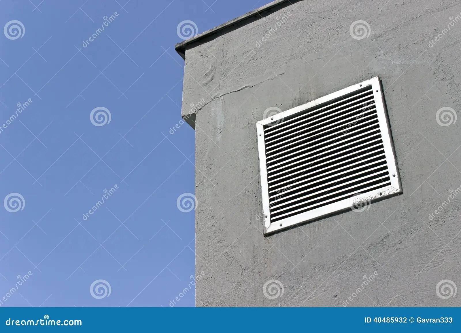 Entlftungsfenster Auf Grauer Betonmauer Stockfoto