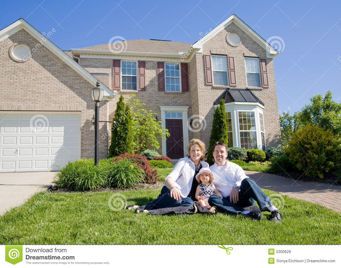 Family Haus Family In Front Of House Royalty Free Stock Images Image
