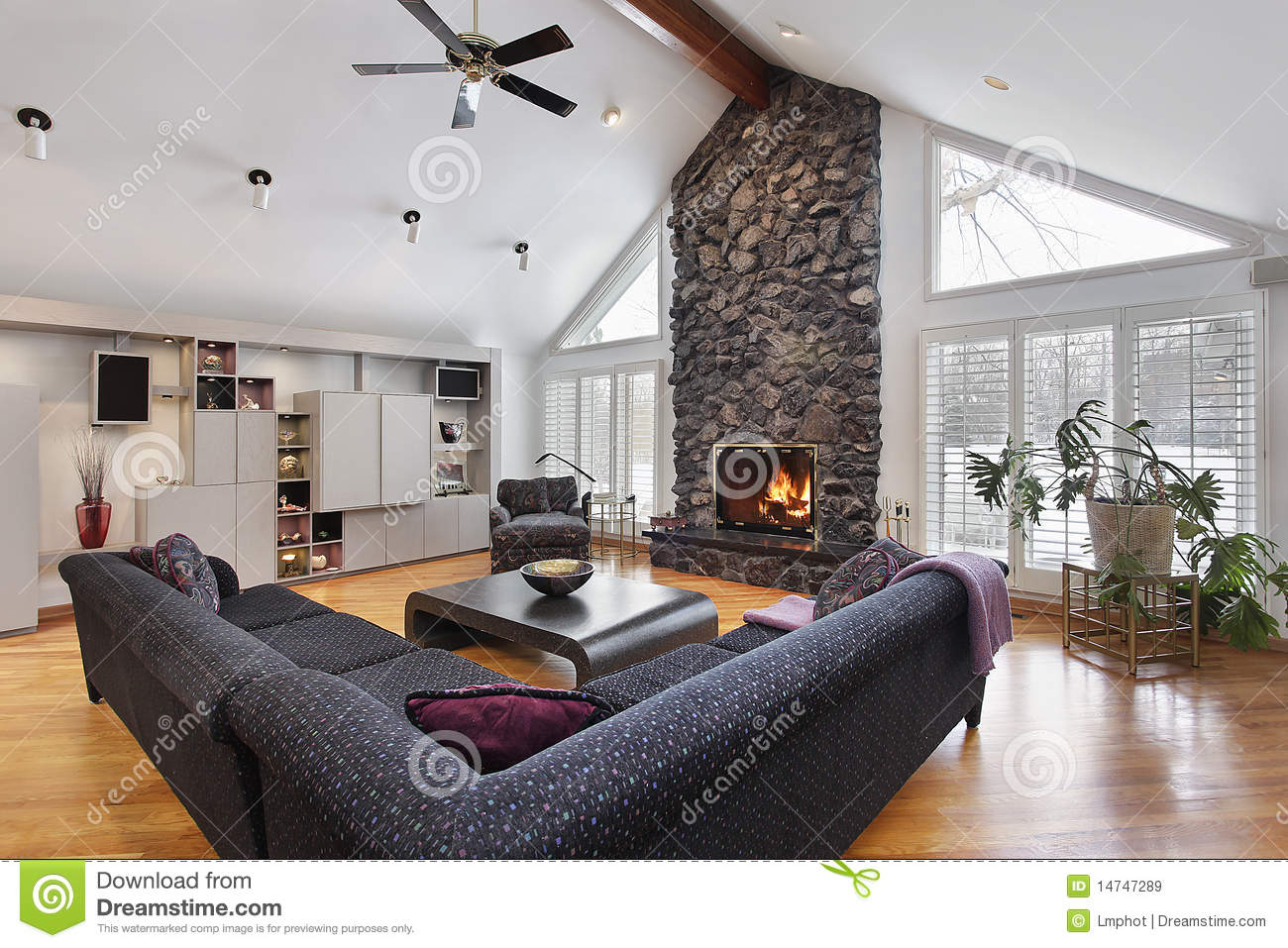 Kaminumrandung Stein Family Room With Two Story Stone Fireplace Stock Image