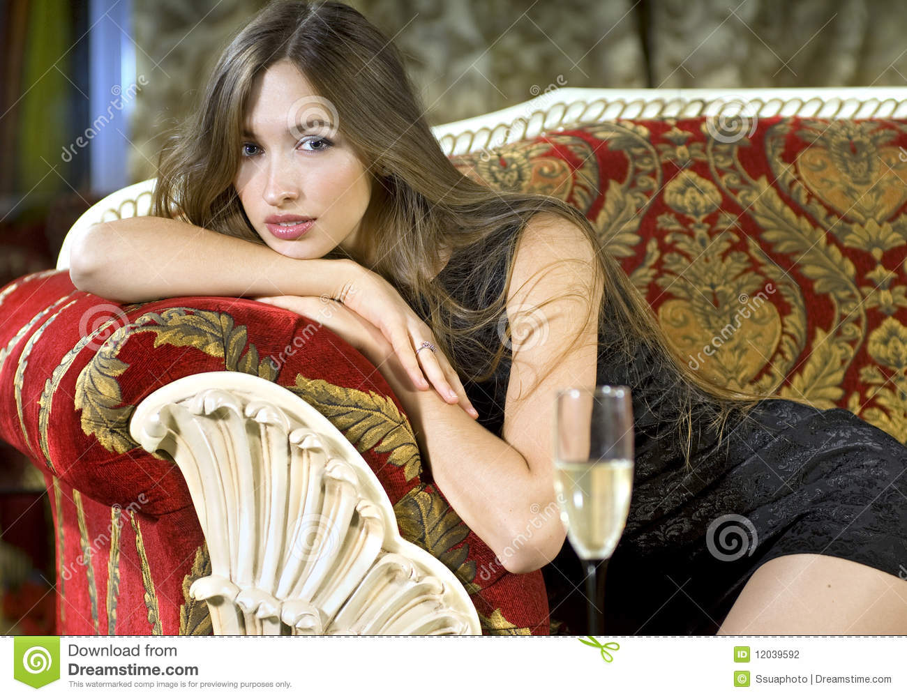 Couchtisch Tating Femme Riche Sur Un Sofa Cher Rouge Photo Stock Image
