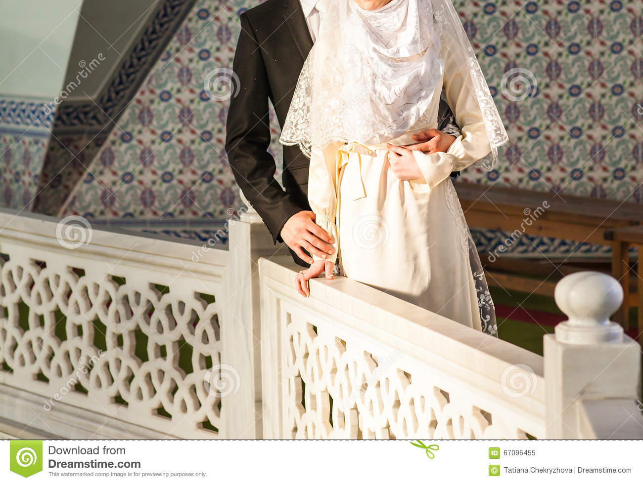 Hochzeit Islam Happy Islamic Couple Posing In Front Of Mosque Stock Image