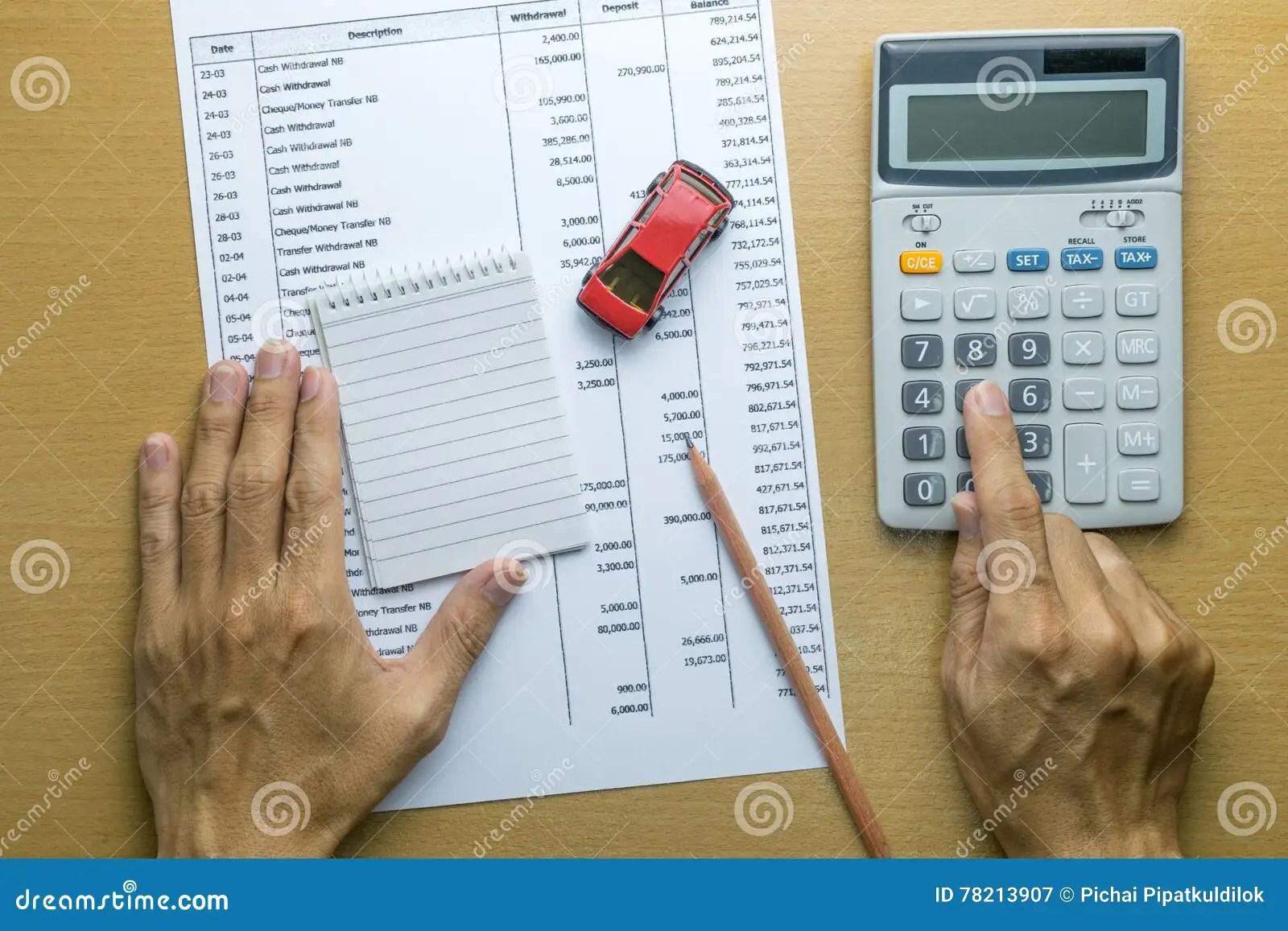 Hombre Que Planea El Presupuesto Mensual Imagen de archivo - Imagen
