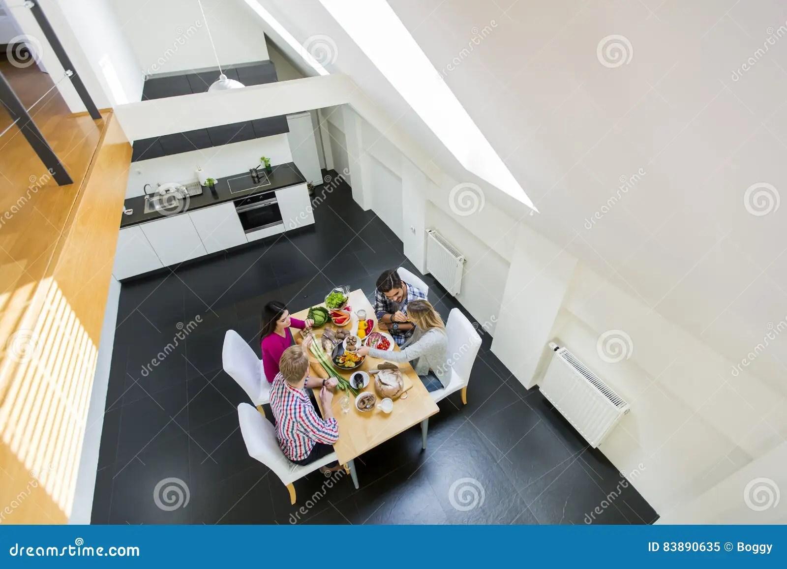 Junge Leute Essen In Der Modernen Kche Zu Abend Stockbild Bild With Junge  Kuche
