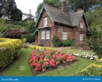 Kleines Haus im Garten stockfoto. Bild von d0, klein ...