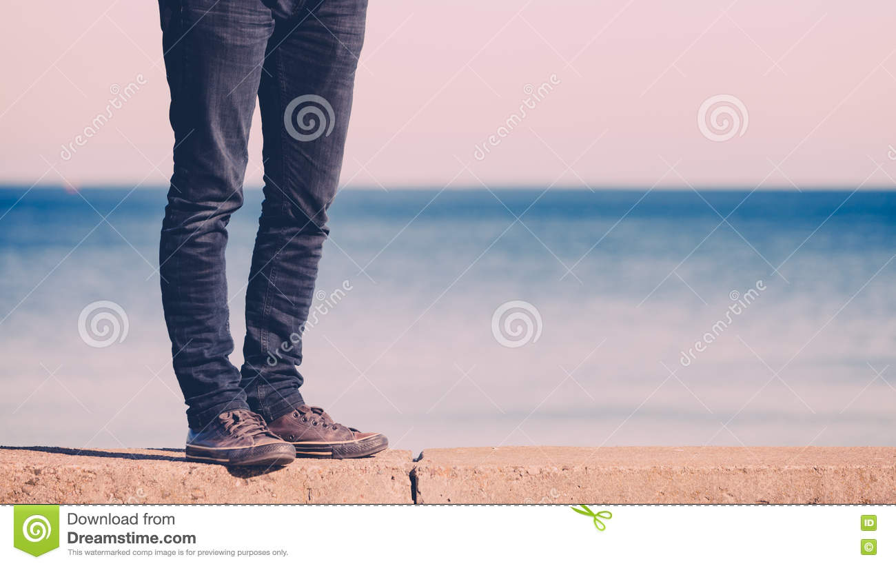 Summer Casual Geflecht Relax-sessel Male Legs Walking Relaxed By Seaside Stock Photo Image