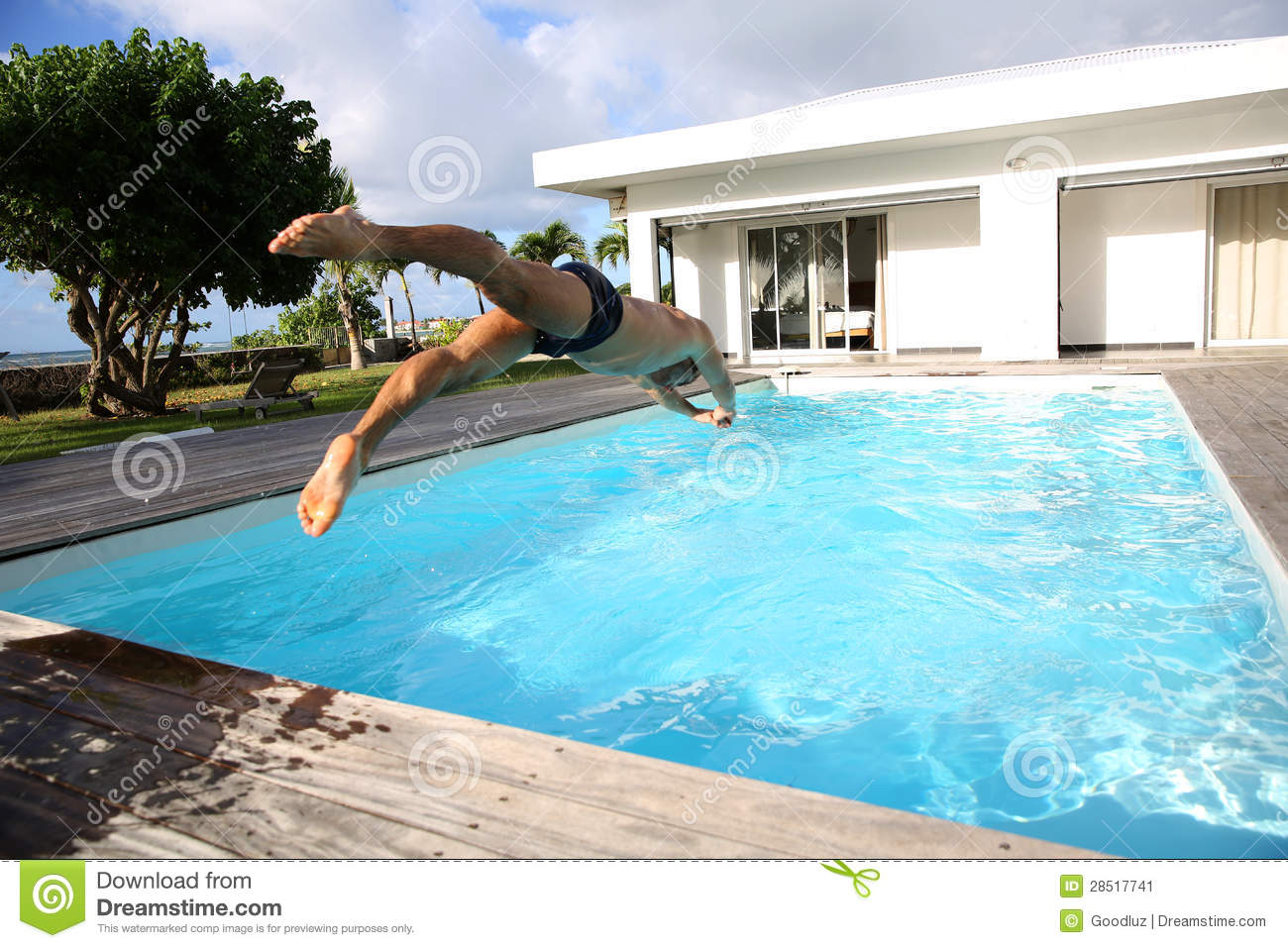 Pool Im Garten Integrieren Man Diving In Swimming Pool Stock Image Image 28517741