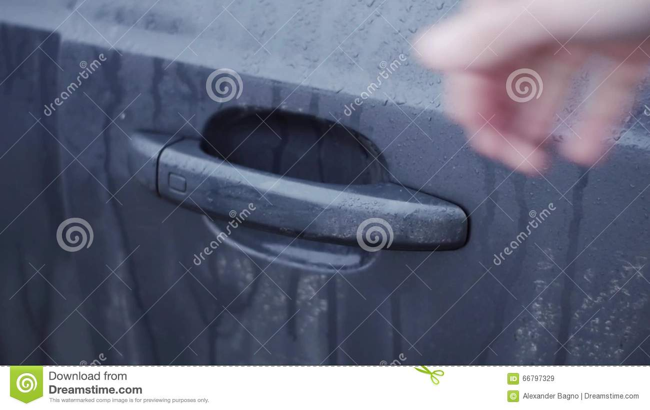 Push To Open Deur Man S Hand Push Wet Handle Of Door And Open Car Close Up Rainy