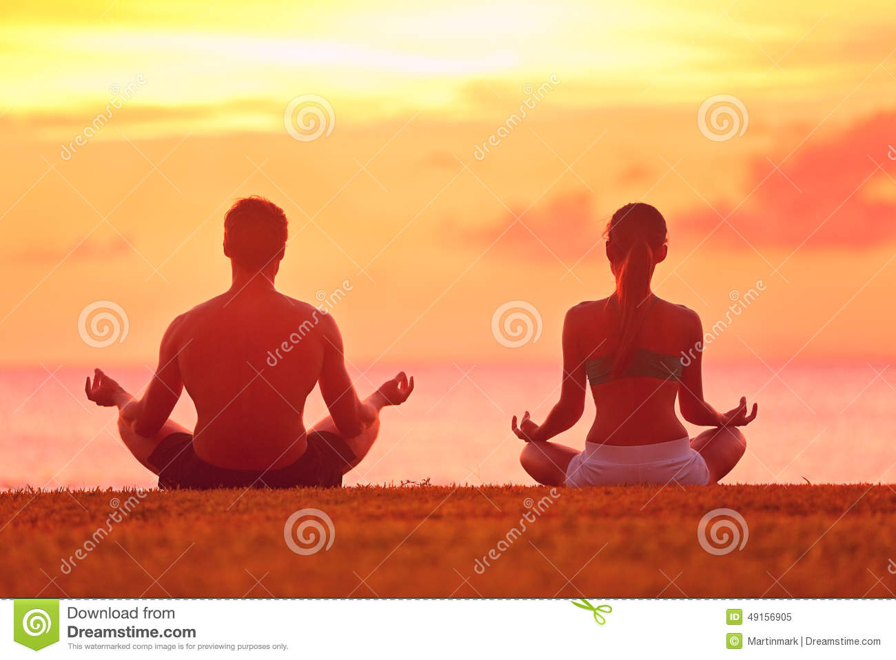 Pose Gratuite Sol Meditation Yoga Couple Meditating At Beach Sunset Stock