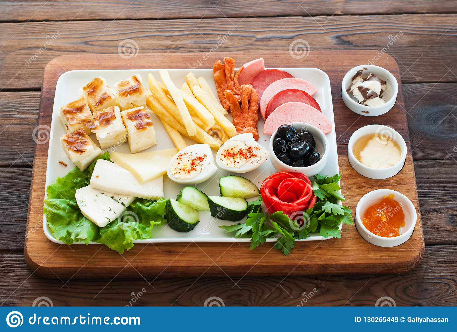 Mediterrane Küche An Bord Mediterranean Snacks Set On A Wooden Board Stock Image Image Of