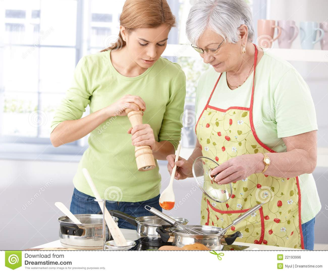 Keuken Oudere Mother And Daughter Cooking Together Royalty Free Stock