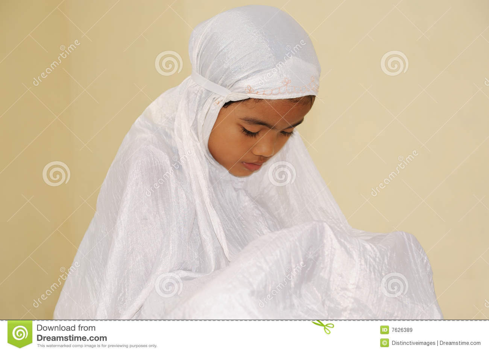 Islamic Girl Praying Wallpapers Muslim Girl Praying Royalty Free Stock Images Image 7626389