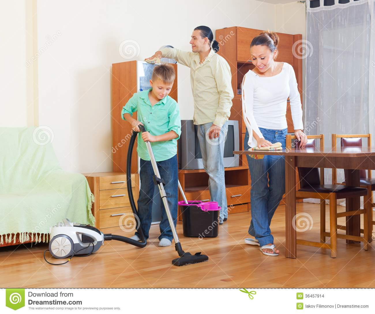 Asistencia Del Hogar Ordinary Family Doing Housework Together Stock Photo