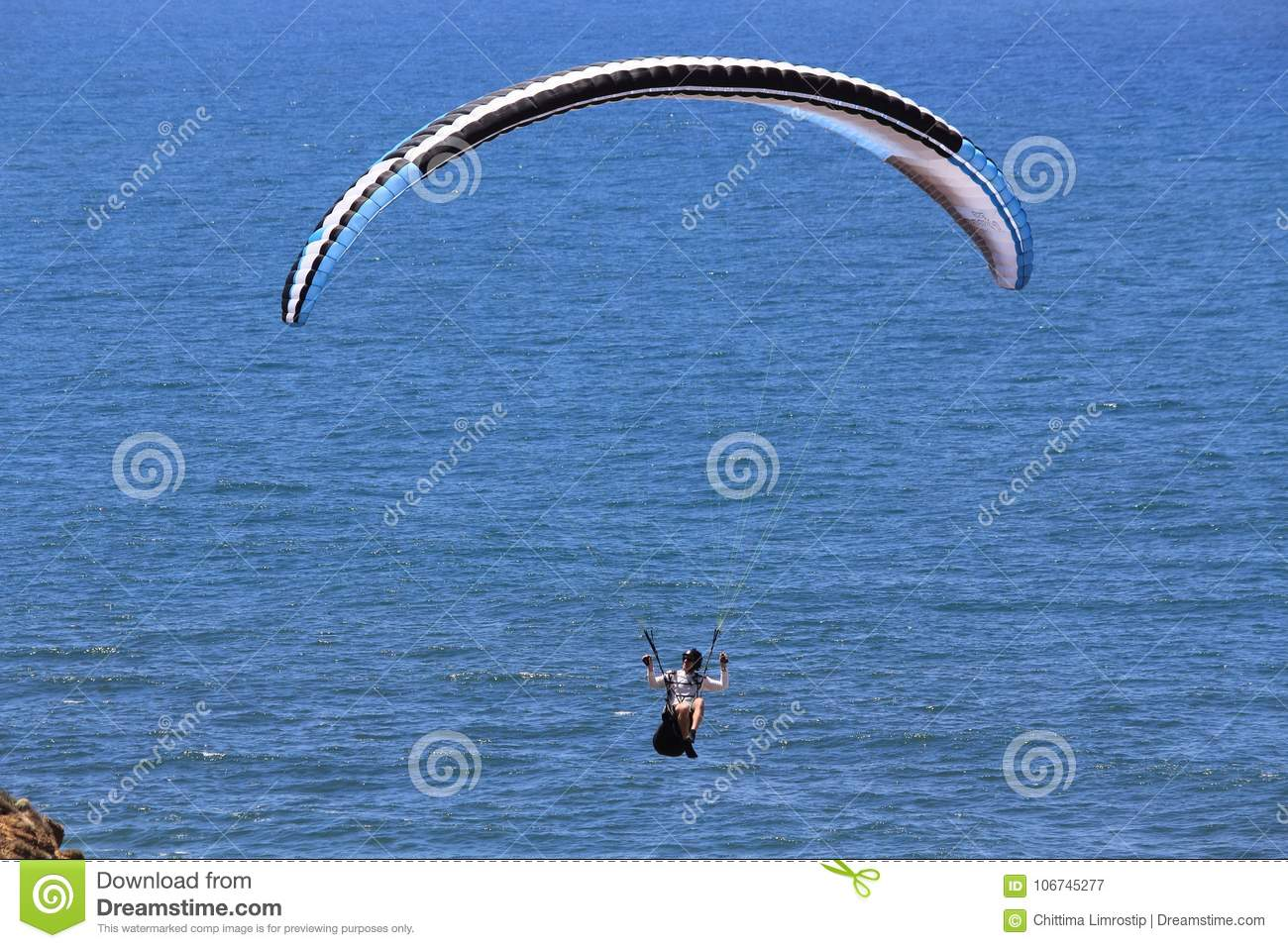 Sport Flying Parashoot Flying Along The Coast Stock Image Image Of Sport