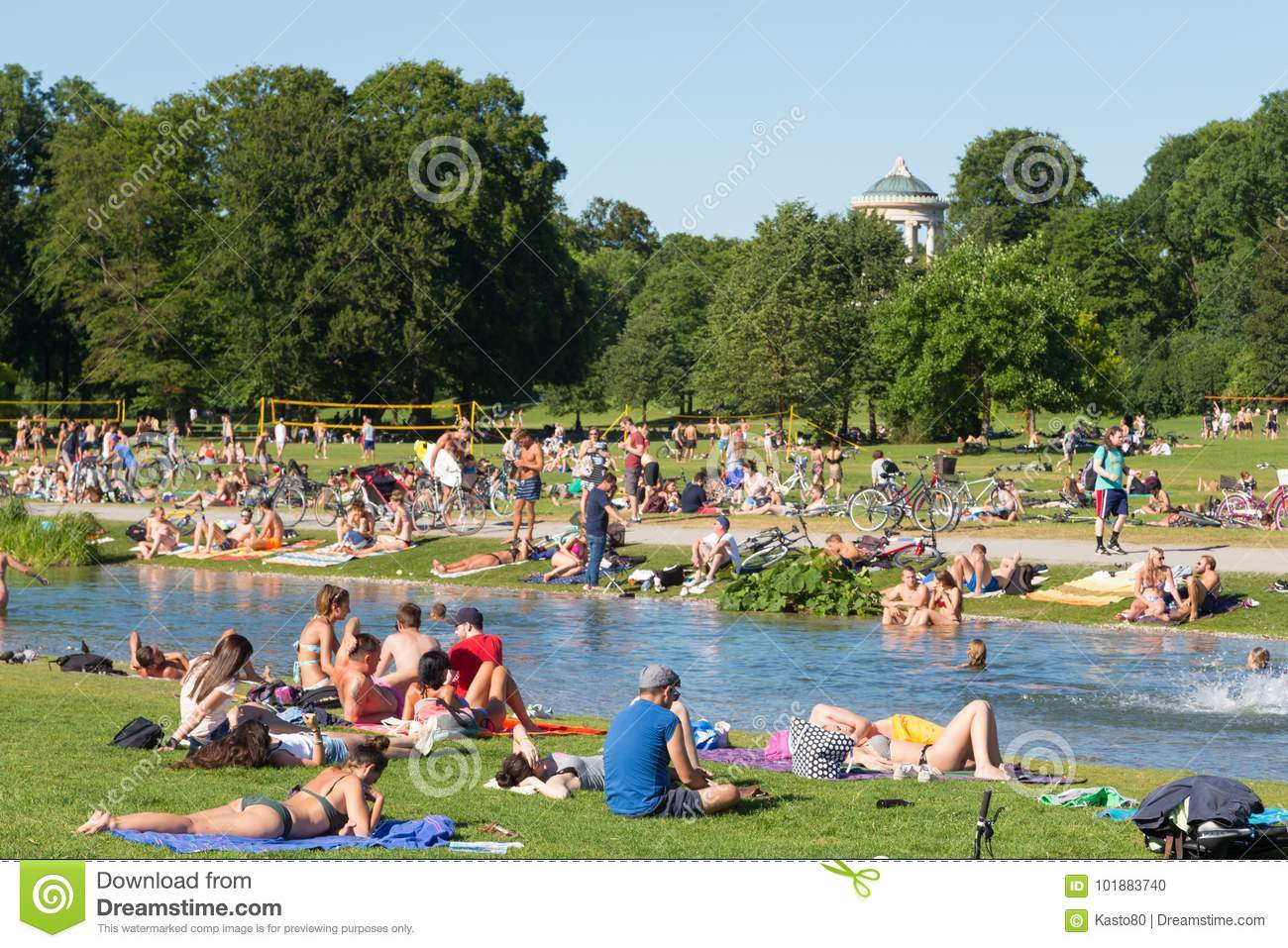 Exklusive Gartengestaltung München People Enjoying The Summer Day In Englischer Garten City Park In