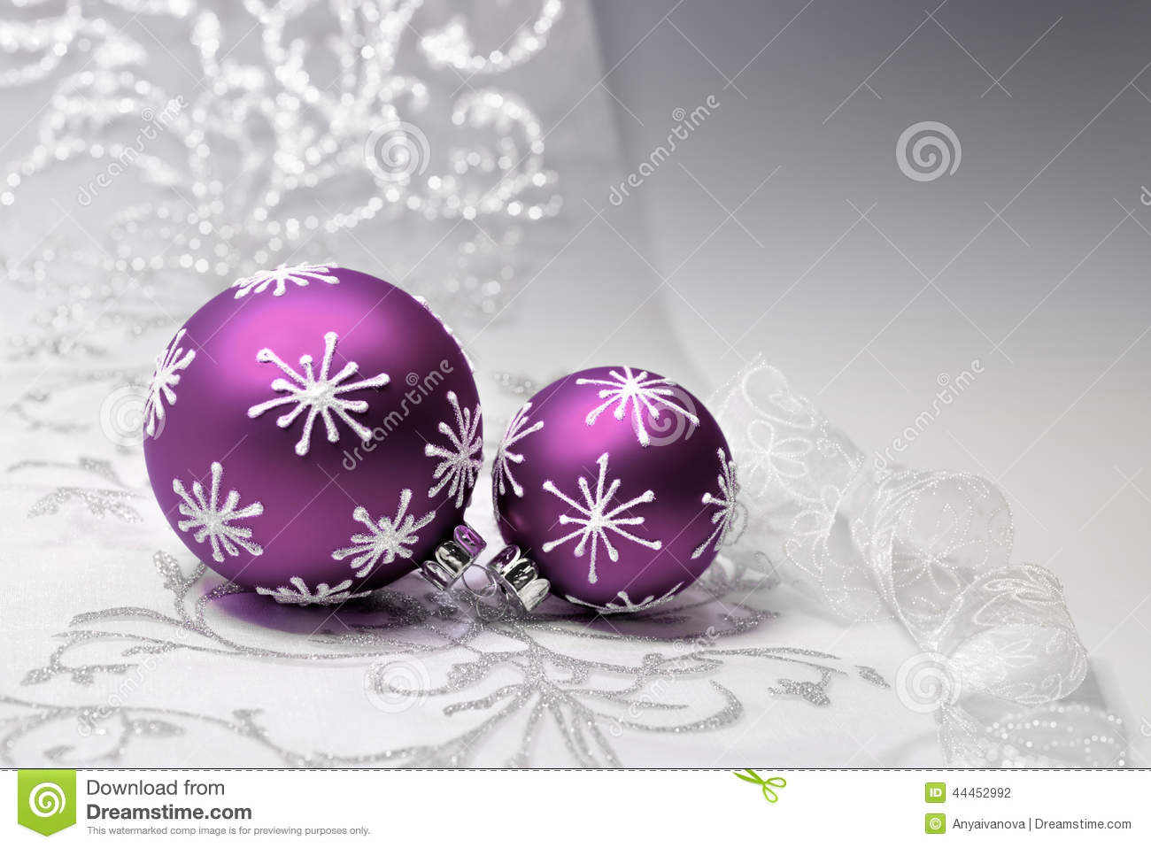 Weihnachtskugeln In Lila Purple Christmas Decorations With Silver Ornament Stock