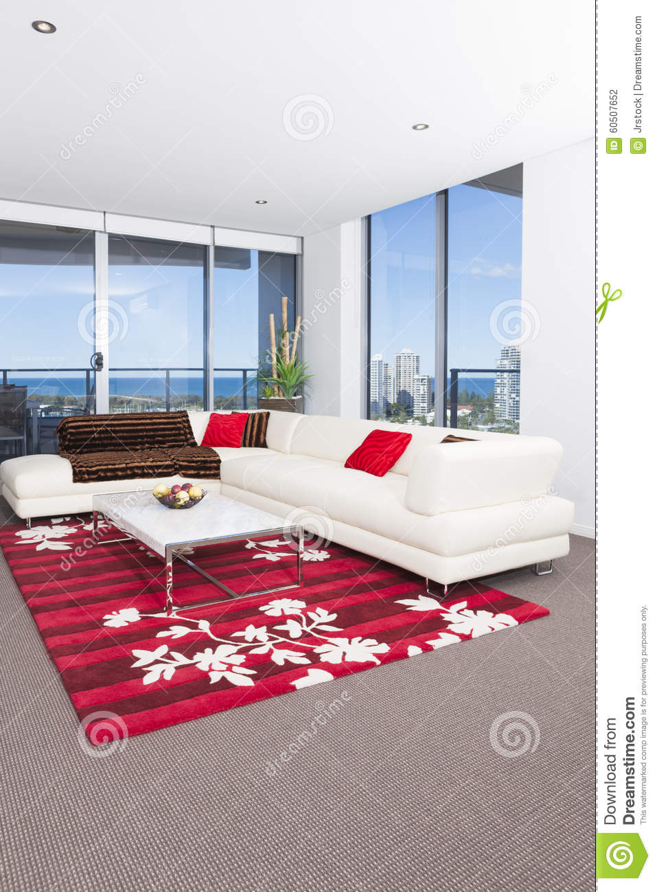 Tapis Rouge Salon Salon Spacieux Avec Un Tapis Rouge Photo Stock Image Du Grand